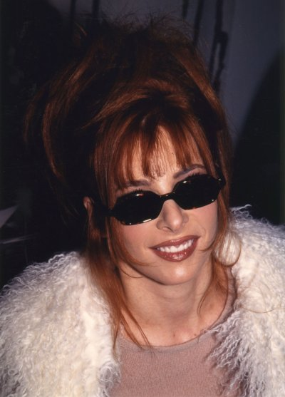 """Mylène Farmer au Victoire de la musique ou elle reçoit le prix de """"l' Album le mieux exporté"""" pour Anamophosée en 1997"""