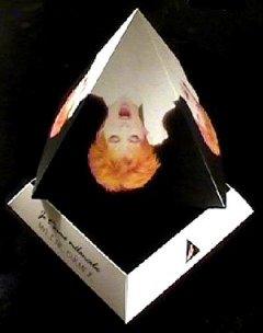 """Voici le collector de """"Je t'aime mélancolie"""" contenant une pyramide en carton avec une photo de Mylène sur chaque face contenant le CD promo 2 titres reposant sur la base de la pyramide"""