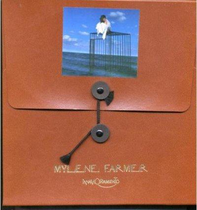 Voici le collector de l'album - Innamoramento contenant un étui marron fermé par un lacet contenant un carnet à spirales correspondant à une version enrichie du livret de l'album et contenant le CD.
