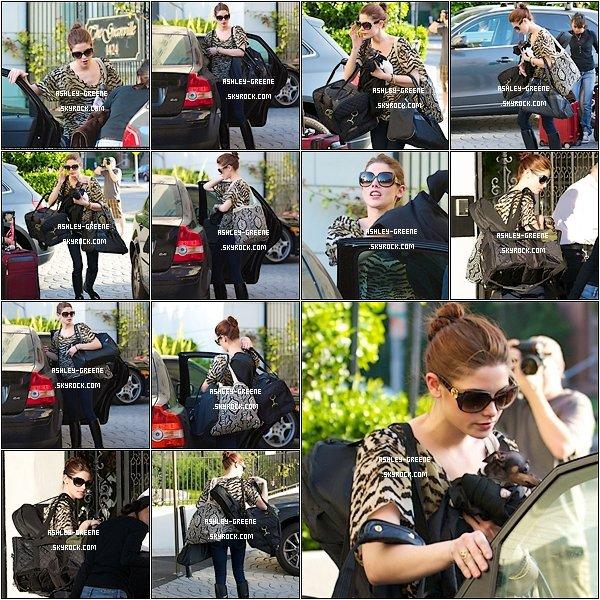 • CANDIDS - Le 14/04/2011 Ash' et ses valises rentrant dans son appartement de L.A.