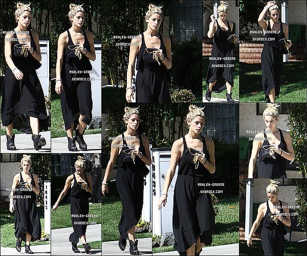 • CANDIDS - Le 20.10.13 : Ashley démaquillée, dans une longue robe noir aperçut rendant visite a ami dans Los Angeles.