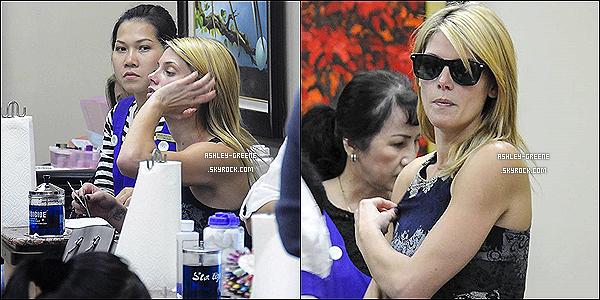 • CANDIDS - Le 23/10/13 : Ash' exaspérée par les pap's arrive au salon de Manucure « Nails » a Beverly Hills.