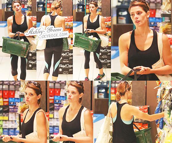 • CANDIDS - Le 18/07/14, Ash' -de mauvaise humeur- au magasin « Bristol Farms » pour quelques courses a West Hollywood