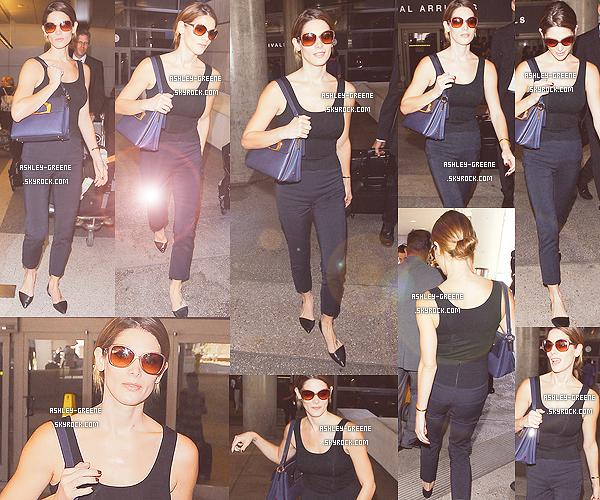 • CANDIDS - Le 5/09/2014 Ash' a été aperçus à l'aéroport LAX pour fêter l'anniversaire de son boyfriend