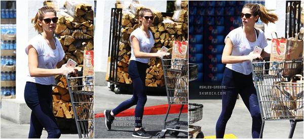 • CANDIDS - Le 21/04/16, Ashley sortant du magasin Bristol Farms