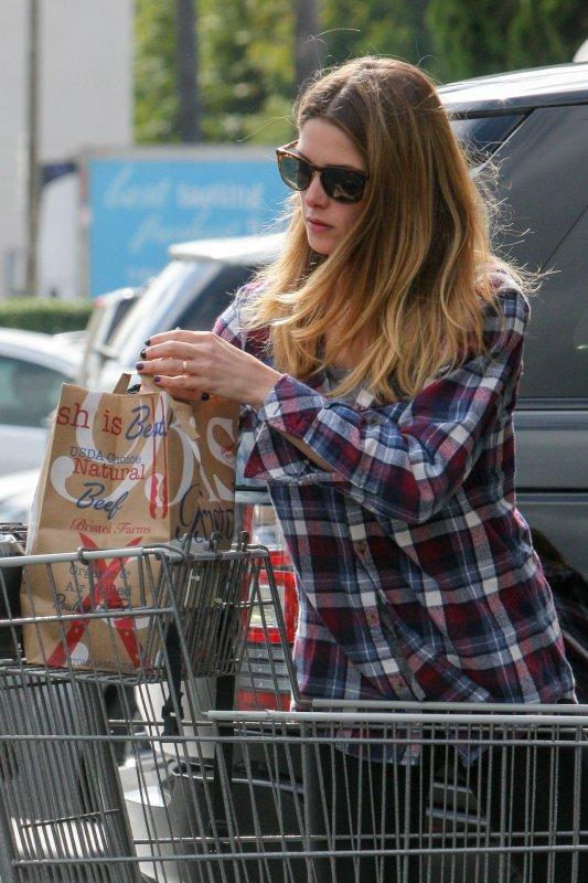 """• CANDIDS - Le 05/05/16, Ash' a été aperçus sortant du magasin """"Bristol Farms"""" à L.A."""