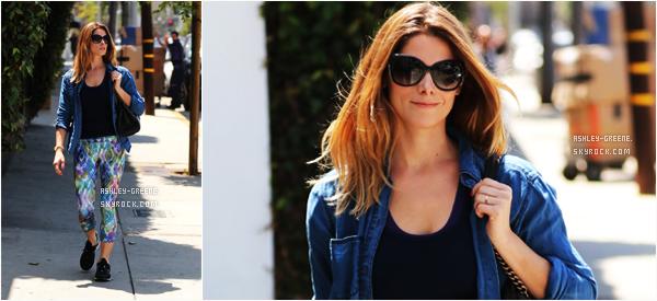 • CANDIDS - Le 27/05/16, Ashley a été aperçu courrant dans les rues de L.A.