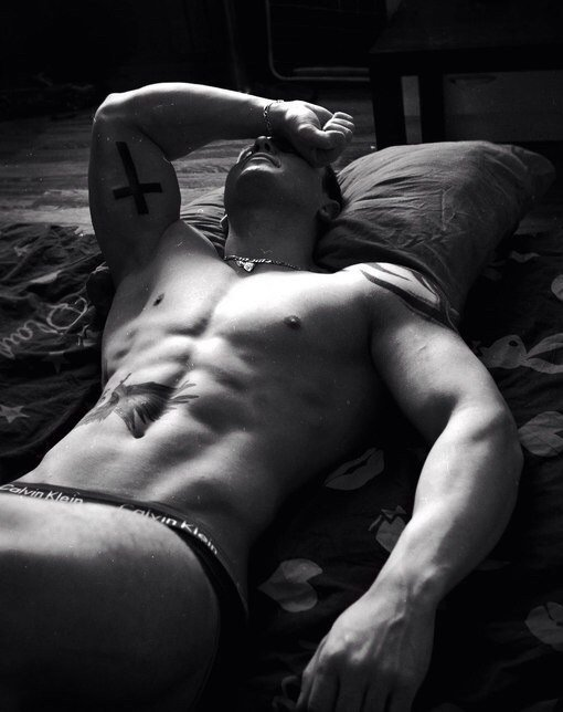 des daddys en noir et blanc et tatoués