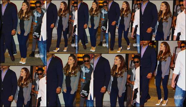 - '-16/08/13-' ◊Ariana Grande a été photographiée alors qu'elle quittait les studios de « ITV » dans New-York. C'est d'ailleurs en ayant prit le temps de poser avec les fans que nous retrouvons notre charmante Ariana dans New-York, un beau top ! -