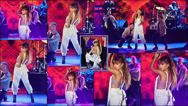 """- """"─-07/09/16-•"""": Ariana Grande performait lors du fashion-show de la boutique « Macy's », situé à New York. L'immense magasin de marque Macy's organisait un défilé de mode à New-York et Ariana chantait en direct du front-row à disposition ! -"""