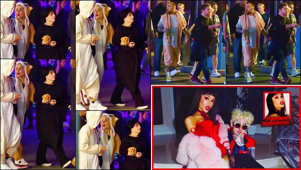 """- """"•-30/10/17-─"""": Ariana Grande et Mac Miller étaient au parc: « Knott's Berry Farm », se trouvant à Buena Park. C'est ainsi en Californie que nous retrouvons notre superbe Ariana en compagnie de Mac et d'autres proches dans un parc à thème, cute ! -"""