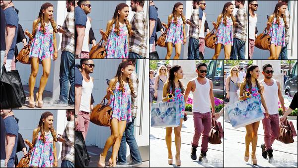 - '-01/06/13-' ◊Ariana Grande a été photographiée alors qu'elle faisait une séance shopping, à West Hollywood. C'est dans une jolie petite robe bleu et rose que nous retrouvons notre superbe chanteuse dans les rues de West Hollywood. C'est un top. -