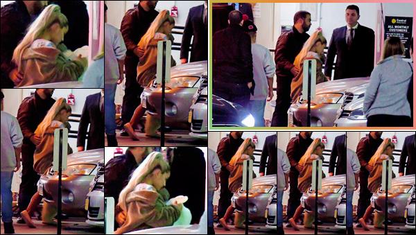- ''•-30/04/18-' : Ariana Grande a été aperçue en quittant les « NBC Studios », localisés dans la ville de New York. Visiblement pas d'humeur à voir les paparazzis, Ariana s'est précipitée avec ses garde-du-corps. Elle sera chez Jimmy Fallon le lendemain ! -