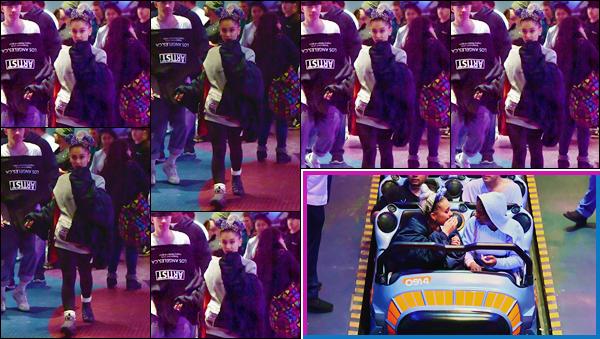 - ''•-08/04/18-' : Ariana Grande se trouvait au parc d'attractions de « DisneyLand », qui se trouve dans Anaheim. Ariana Grande était accompagnée des jumeaux Nicholson, qui sont aussi ses danseurs, ainsi que Alfredo Flores puis d'autres de ses amis. -