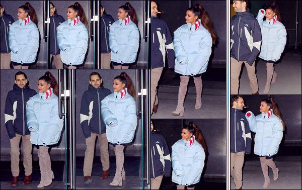 - '-• 05/12/18-''─ Ariana Grande a été photographiée en quittant son appartement avec un ami, dans New York. De retour dans la Grosse Pomme, la chanteuse sortait de son logis emmitouflée dans son manteau ainsi qu'avec ses éternelles cuissardes. -