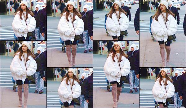 - '-• 07/12/18-''─ Ariana Grande a été photographiée lorsqu'elle se trouvait dans les rues de la ville de New York. Toujours chaussée de sa paire de cuissardes valant une fortune, la belle chanteuse déambulait dans les rues de la Grosse Pomme. Un top. -