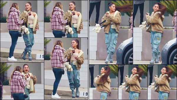 - '-• 09/02/19-''─ Ariana Grande a été aperçue, en compagnie de ses amis, devant un immeuble à Beverly Hills. C'est pour célébrer la sortie de son nouvel opus « Thank U, Next » que la belle se trouvait en compagnie de ses amis, un verre à la main. -