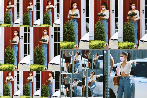 - '-• 13/08/21-''─ Ariana Grande a été photographiée alors qu'elle arrivait au domicile d'un ami à - Los Angeles. C'est donc à la porte du domicile de son ami que la belle A. a été vue, masquée et des donuts à la main ! C'est un jolie top, pour ma part. -