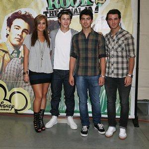 Les Jonas Brothers ignorent Demi