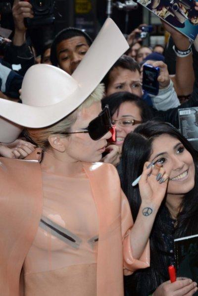 Lady Gaga avec des cornes et en plastique !