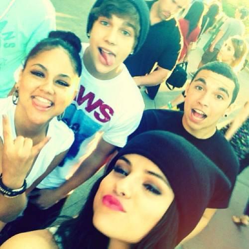 """Austin Mahone à publié cette photo en mettant """"Disneyland avec des amis"""". Selena étais avec lui, kat deluna & emblem 3."""
