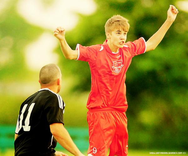 03/06/11 :  Justin a joué au foot avec l'équipe de Stratford. Justin est très beau sur les candids. J'aime assez le maillot. Vos avis ?