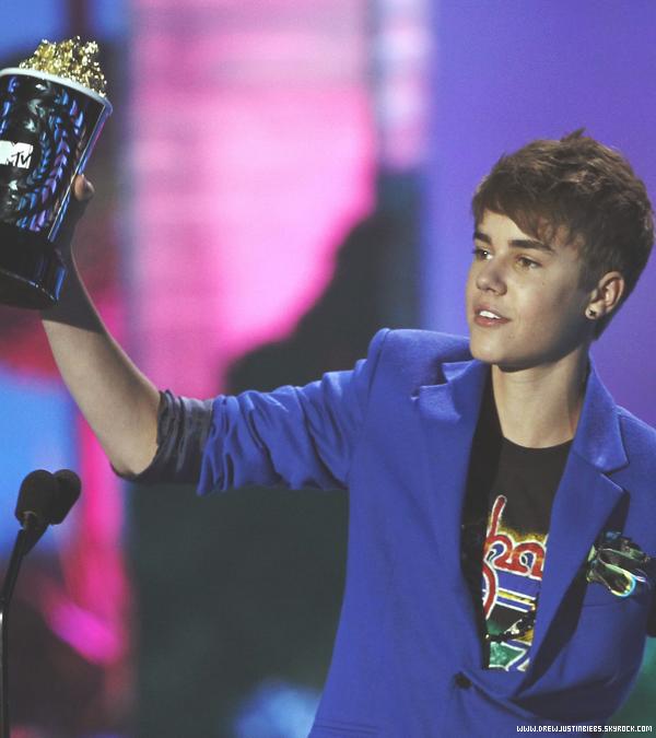05/06/11 :  Justin s'est rendu aux MTV MOVIE AWARDS (seule) et y a reçu un prix. Congrats! C'est quoi ça ? De loin j'aime, mais seulement de loin. Un gros bof. Sinon ça m'intrigue le fait que Selena soit dans la salle sans Justin.