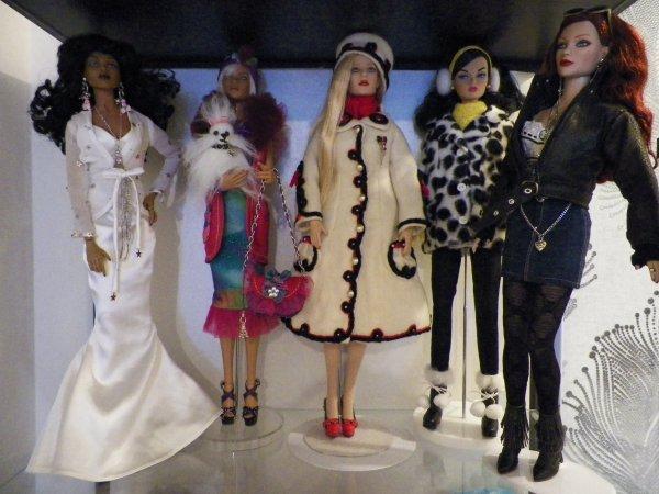 Etagère avec 2 Poppy Parker et 3 poupées Tonner