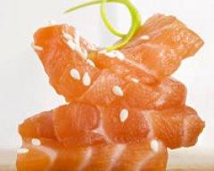 Sashimis de saumon aux graines de sésames :
