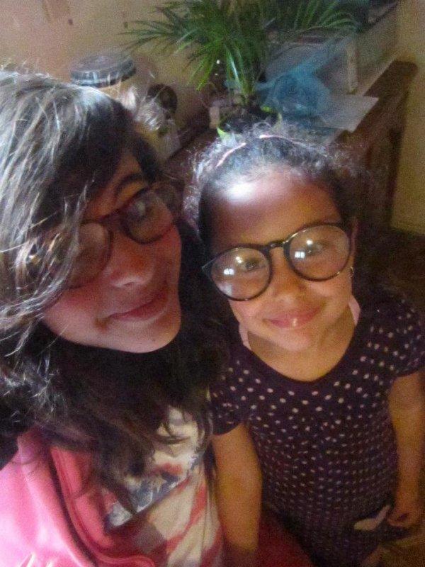Moi avec des lunettes bizarres chez ma grand mère :s <3 & avec ma cousine de 5 ans <3