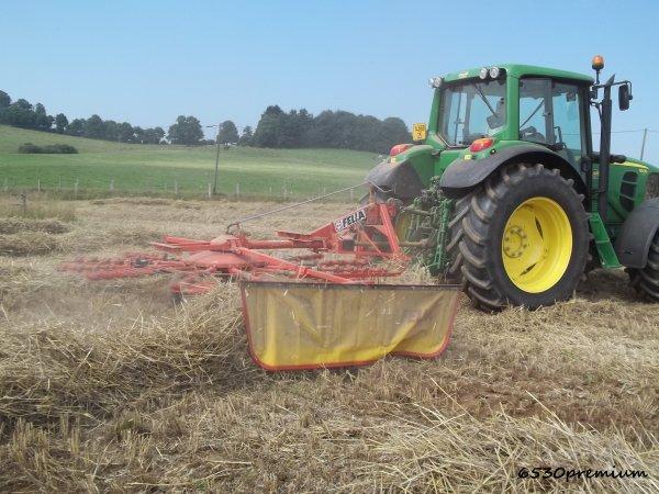 Retournement de la paille de blé  ---> John Deere 6530 Premium et Fella TS 415 DN
