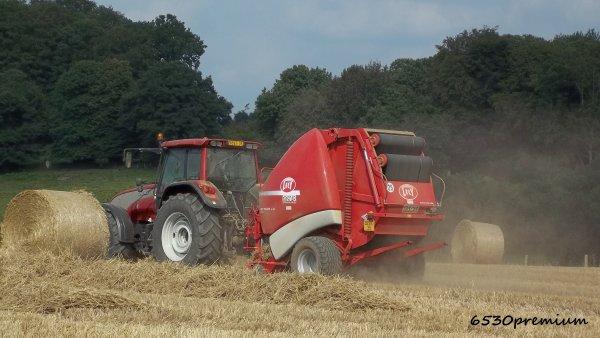 Pressage de la paille de blé 2011 ---> Doublet de Valtra T130 et Presses Lely RP 535 et John Deere 592