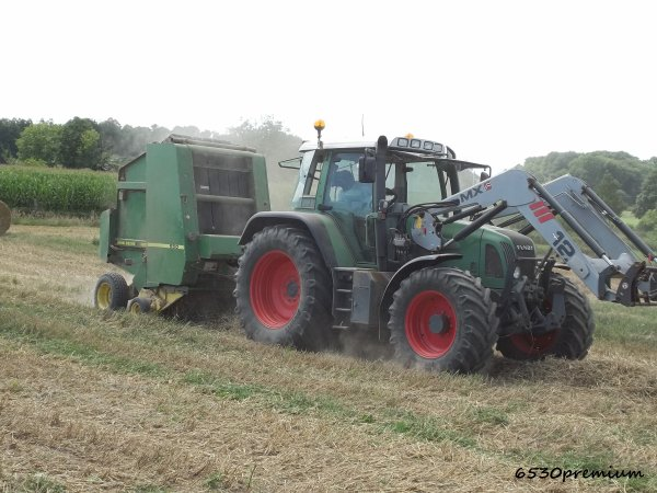 Pressage de la paille de blé 2011 ---> Fendt 712 Et Presse John Deere 550