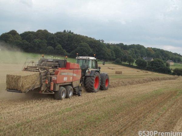Pressage de la paille de blé 2011 ---> Fendt 924 & Case LBX 432