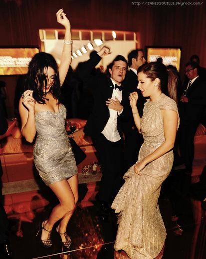 """Vanessa & Ashley Tisdale ont mis le feu sur la piste de l'Elton John AIDS Foundation Academy Awards ! """"Ashnessa"""" enfin réunis ! Cela faisait un petit moment qu'on ne les avait pas vu ensemble :) Pas de Zac aux oscars .."""