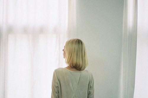 Nous sommes tous étrangers à nous-mêmes, et si nous avons le moindre sens de qui nous sommes, c'est seulement parce que nous vivons à l'intérieur du regard d'autrui. Paul Auster