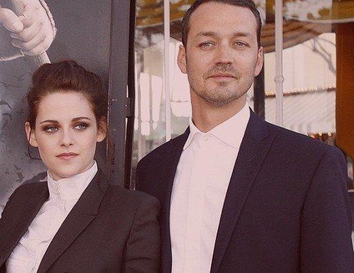 26.07.12   Kristen Stewart supplie les photographes d'arrêter de la suivre le 19 juillet 2012 à Los Angeles, quelques jours après avoir eu une aventure avec le réalisateur Ruprert Sanders.