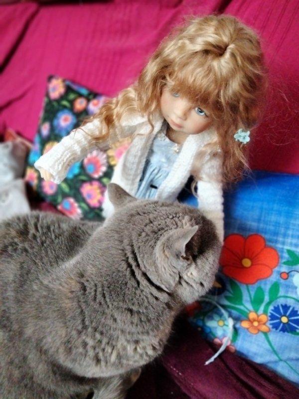 Une poupée et un chat.