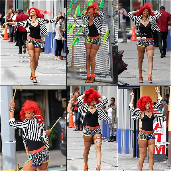 26/09/10 : Rihanna dans les rues de New-York, tournant le clip de « What's My Name ». Ah on retrouve enfin l'ancienne Rihanna, radieuse, colorée et souriante ! J'ai hâte de voir le clip !