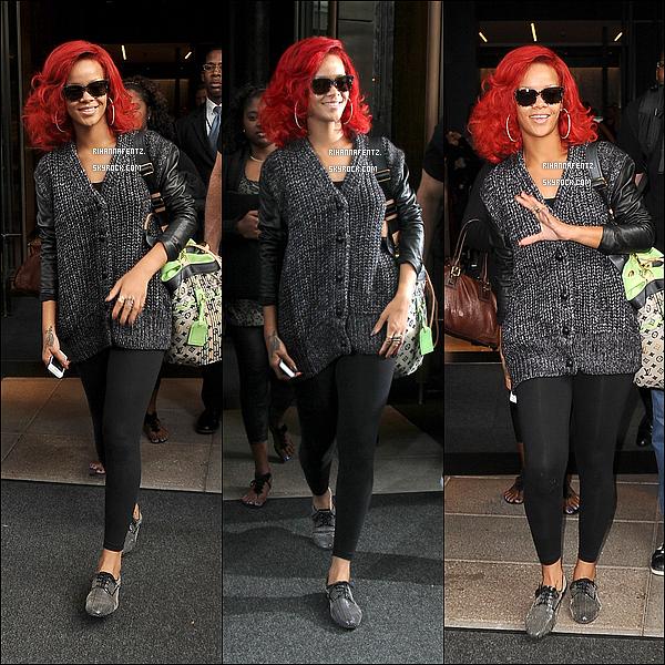 29/09/10 : Rihanna quittant son hôtel puis à l'aéroport JFK de NY pour prendre l'avion. J'adore à nouveau sa tenue alors je dis TOP ! Big coup de coeur pour les chaussures et le pull en laine !
