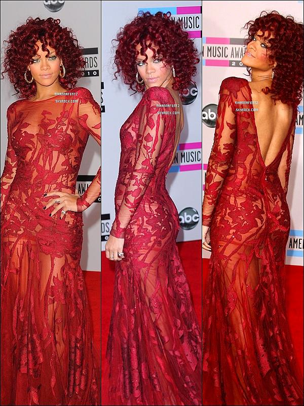 21/11/10 : Rihanna resplendissante lors de la cérémonie des American Music Awards 2010. Pour voir la vidéo de sa prestation c'est ici et pour la voir recevoir son prix de Artiste Féminine Favorite c'est ici.
