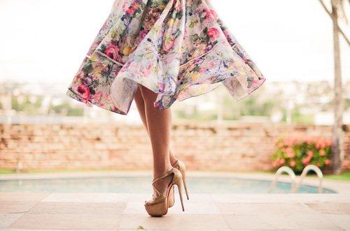"""""""En marchant, les femmes peuvent tout : montrer ou ne rien laisser voir. Ôtez la jupe à une femme, adieu la coquetterie, plus de passion."""" Honoré de Balzac"""
