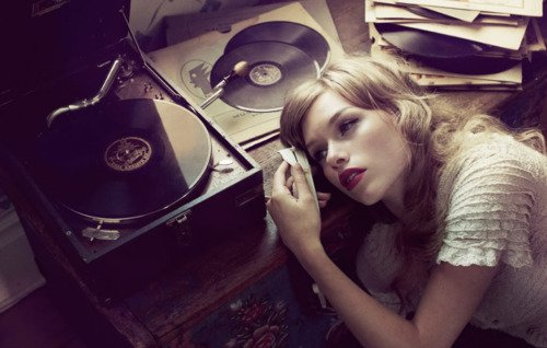 """""""L'amour, comme un disque du destin qui n'en finit pas de passer..."""" Ludmila Oulitskaïa"""