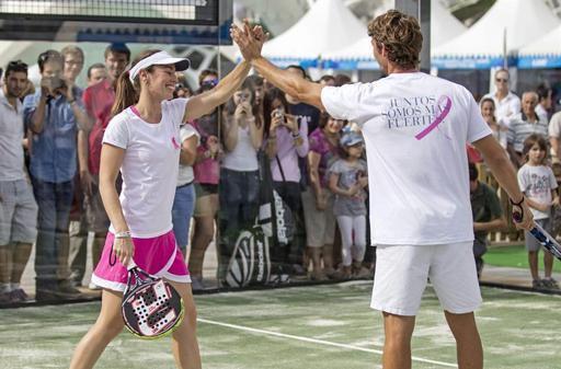 martina hingis joue un match exhibition contre le cancer du sein....