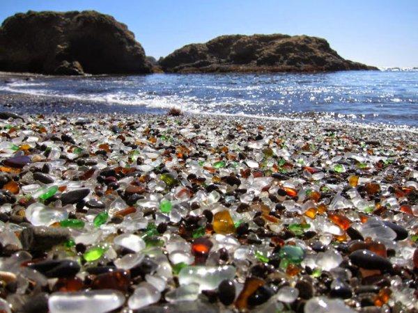 La plage de verre de Fort Bragg en Californie, États-Unis