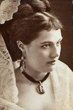 Rose Coghlan (deux actrices)