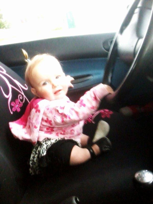 Mn bébé au volant dla voiture de sa tatie d'Aàmour <3 Lovee you Mn Aàmour