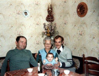 moi petite avec mes grand parents