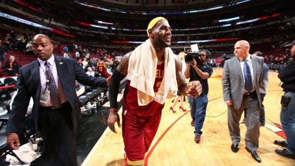 Cleveland rebondit grâce à LeBron James, San Antonio chute malgré Tony Parker