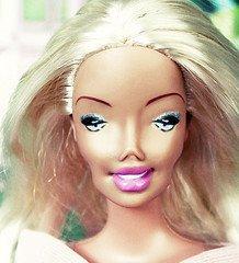 Barbie aujourd'hui grace au botox... je ne mets pas la photo sans maquillage pour ne pas choquer les âmes sensibles ;)